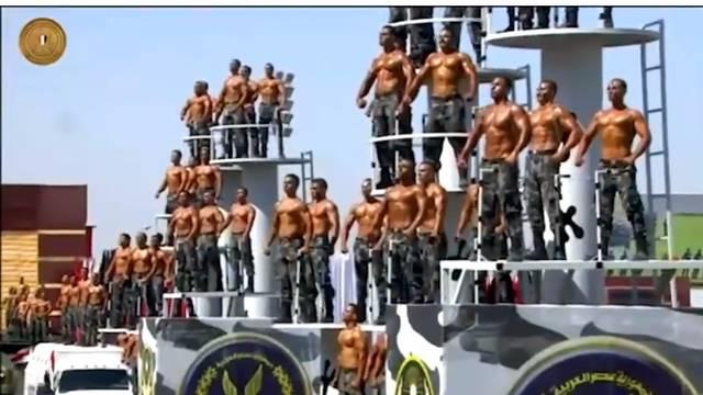 Stisni miške, snima se! Policajci goli do pasa paradirali gradom