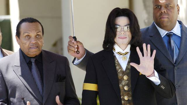 FILE PHOTO:  Pop star Michael Jackson (R) and his father Joe Jackson (L) leave the courthouse in Santa Maria, California