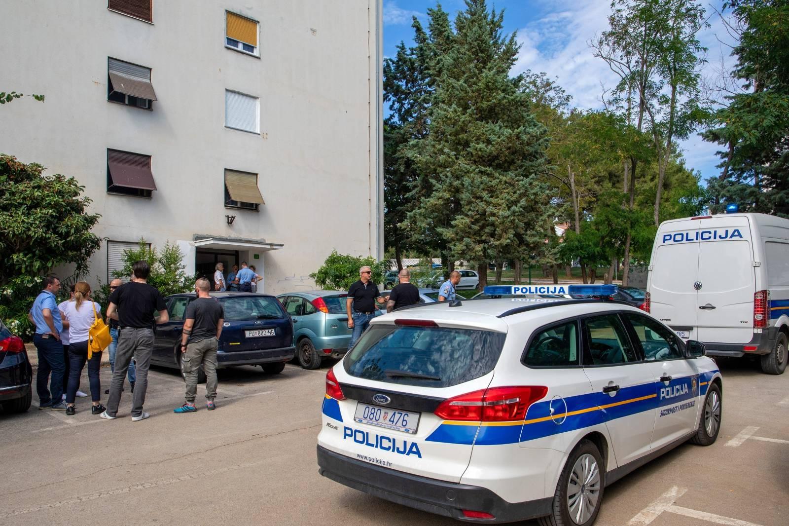 Pula: Očevid u stanu gdje je pronađeno tijelo žene, sumnja se na ubojstvo