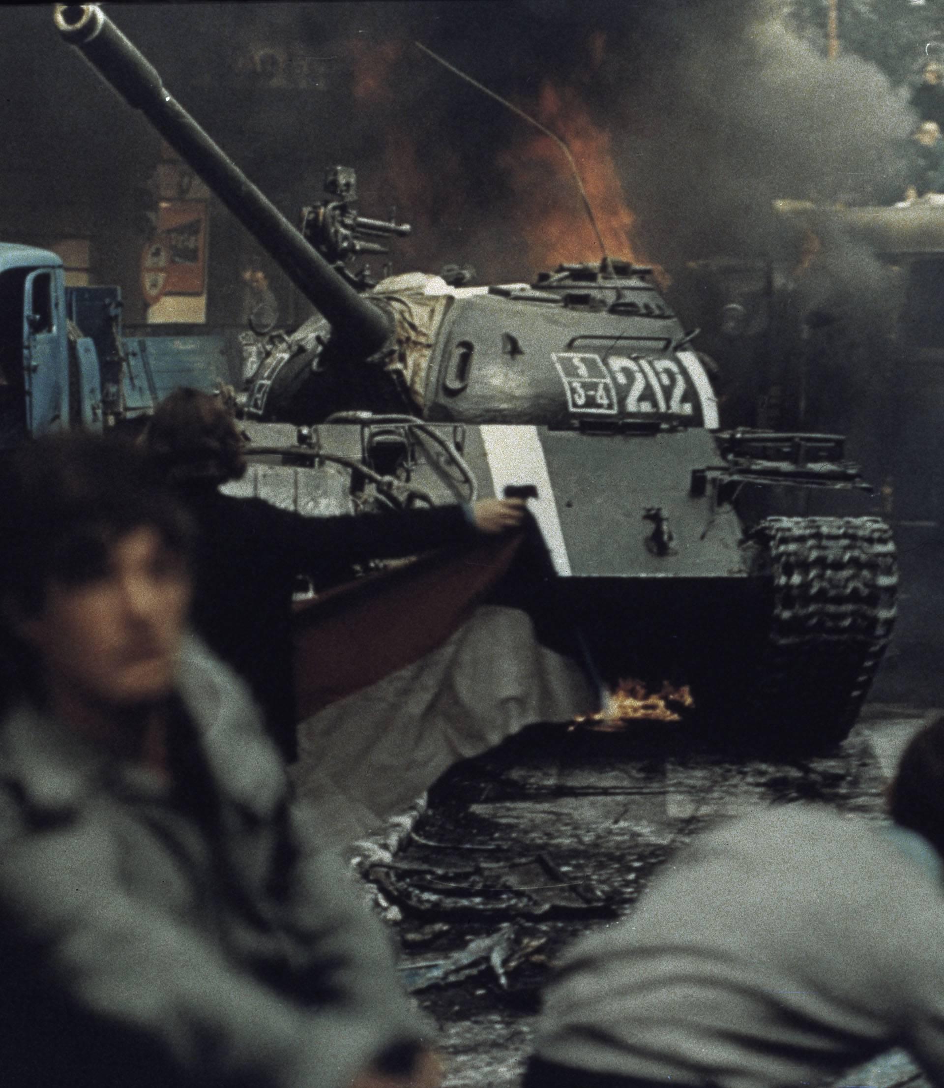 Prag 1968, Brennende Panzer in Prag