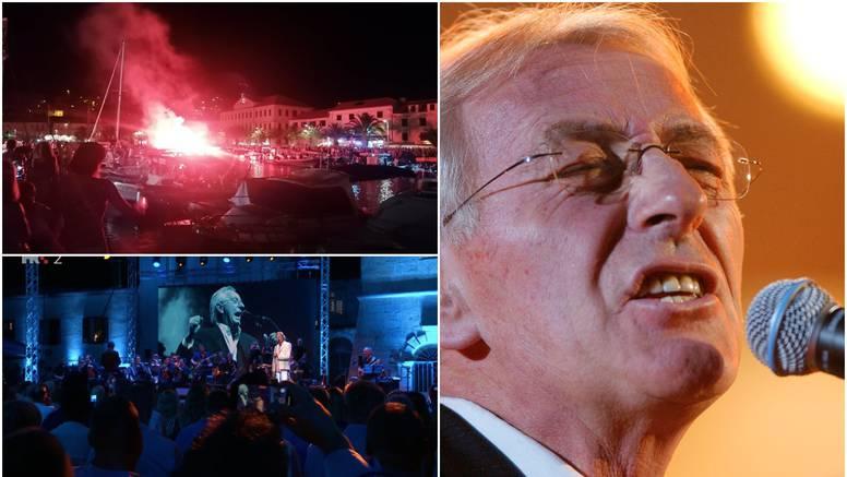 Veličanstveni koncert je završio s izvedbom 'Cesarice', ljudi su pratili s brodica i palili baklje
