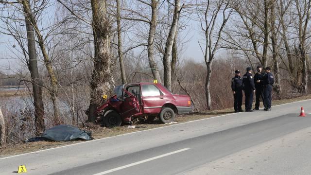 Muškarac sletio s ceste: Zabio se u drvo, na mjestu je poginuo