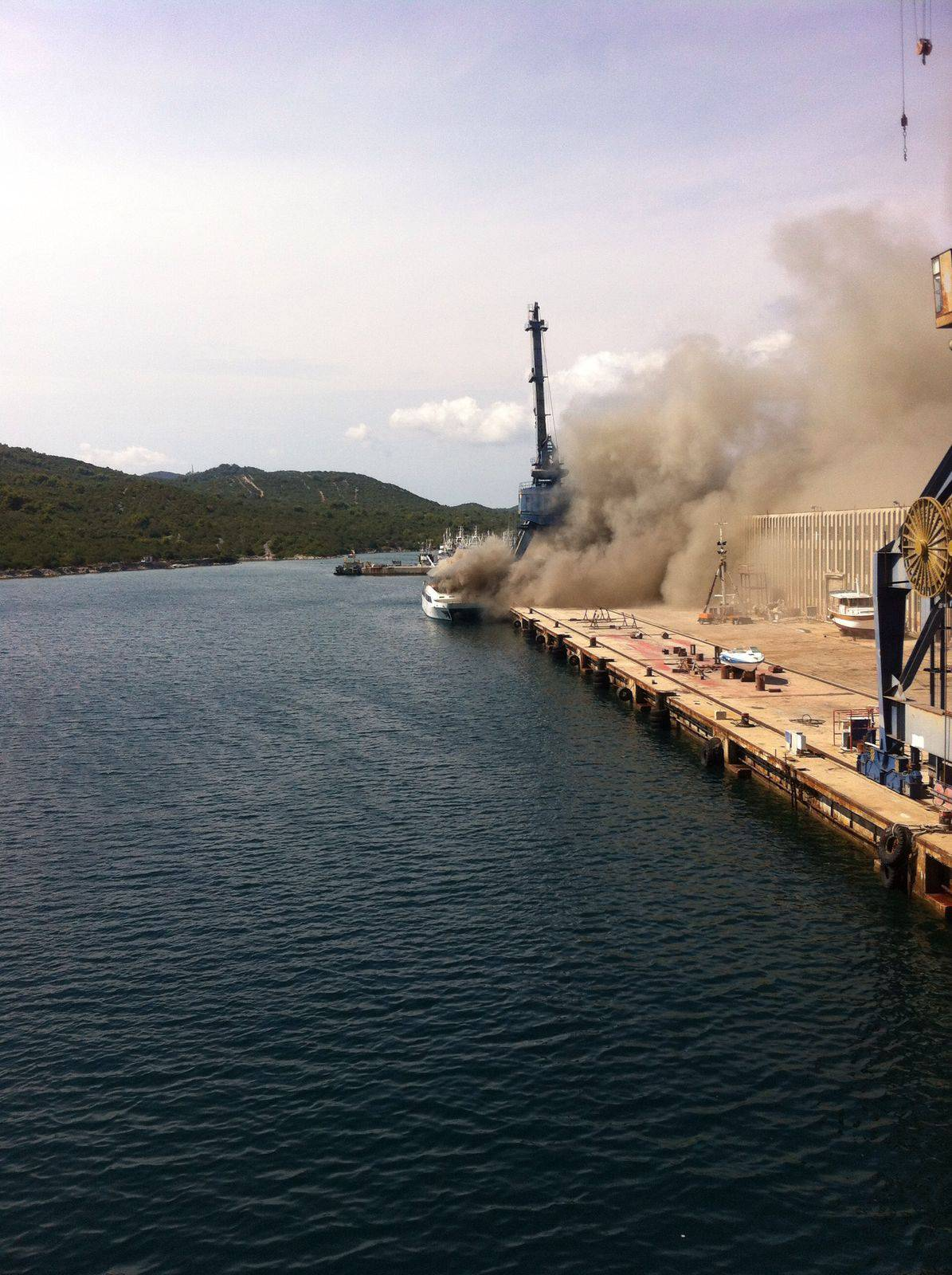 Milijuni nestali u plamenu: Od katamarana ostao samo motor