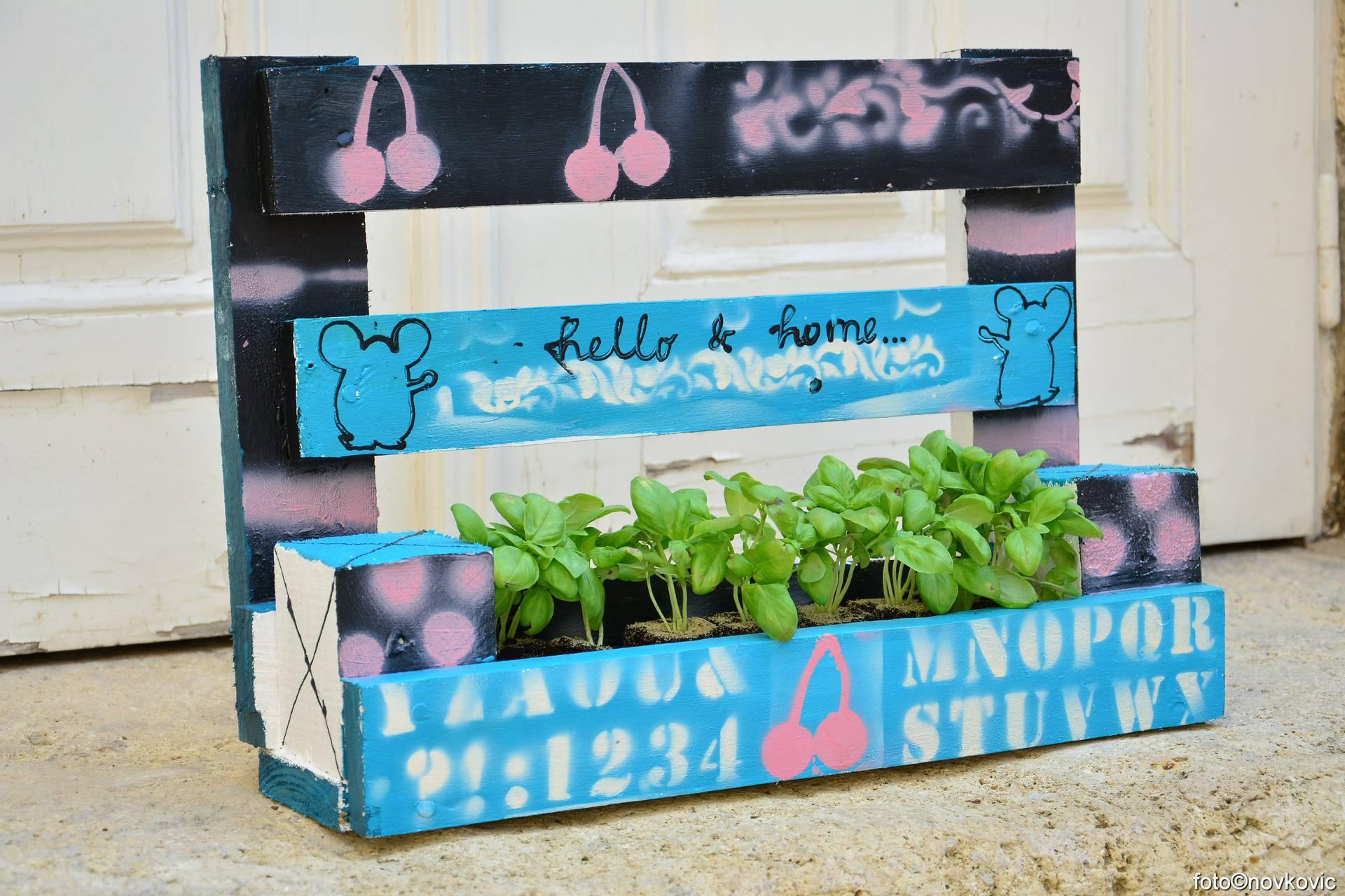 Dekorativne žardinjere za bilje, začine i cvijeće pravi od paleta