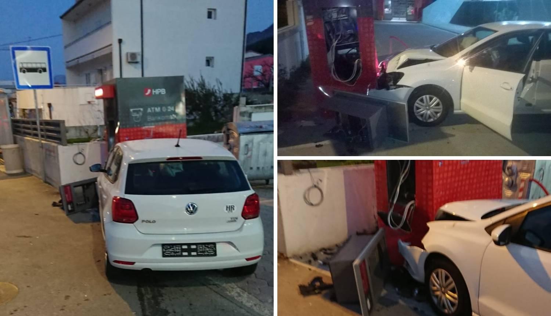Autom je razvalio bankomat u Podstrani: Vozač je bio pijan?