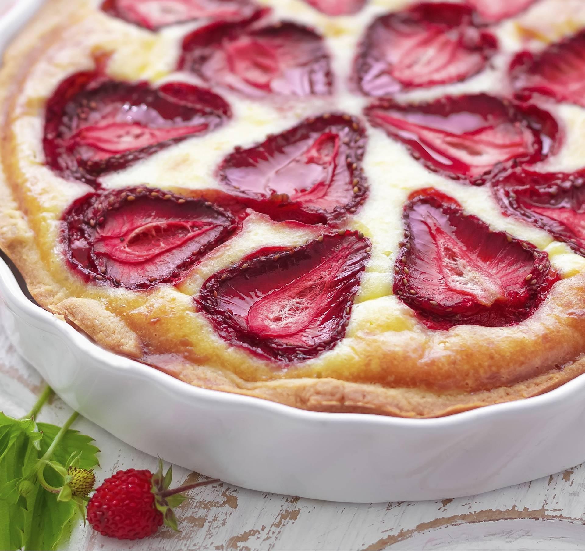 Napravite finu pitu s jogurtom, limunom i jagodama - lako je