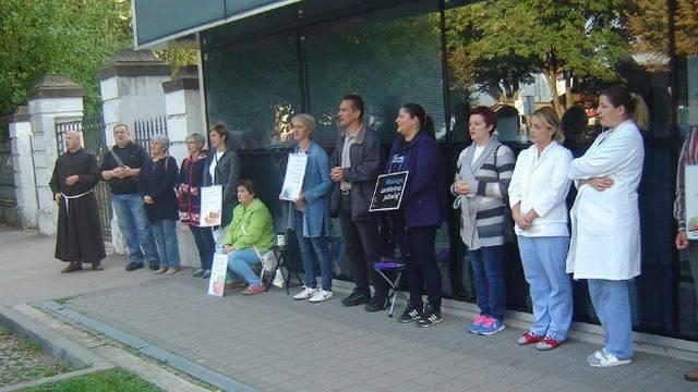 Aktivisti protiv pobačaja pred bolnicom su čekali pacijenticu