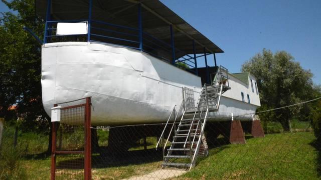 Dalj -  Brod-vikendica usidrena na obali Dunava u Dalju.
