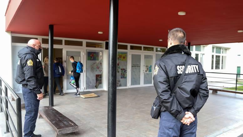 Zaštitari i policija ispred škole, učenik ušao bez maske, rekli mu da je stavi, nije htio pa je otišao