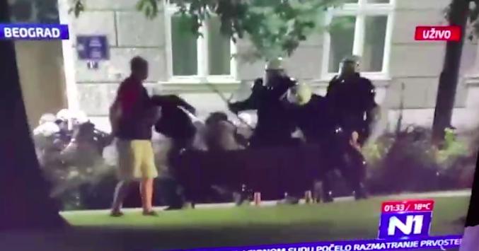 Beograd: Policajci prebili troje mladića na klupici u parku