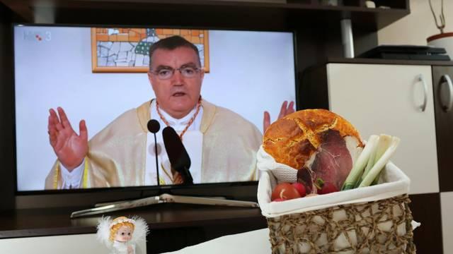 Kardinal Bozanić blagoslovio hranu putem malih ekrana