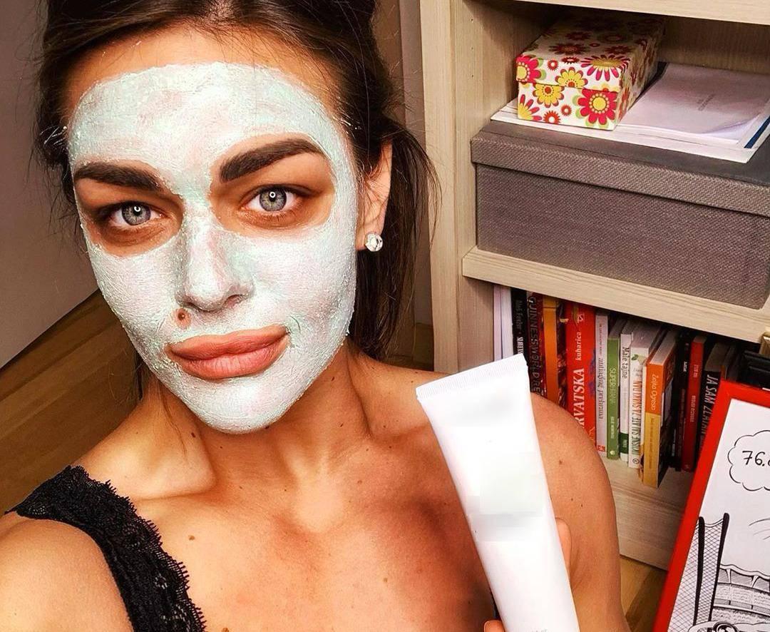 Sandra pozirala s maskom, ali svu pozornost 'ukrao' grudnjak