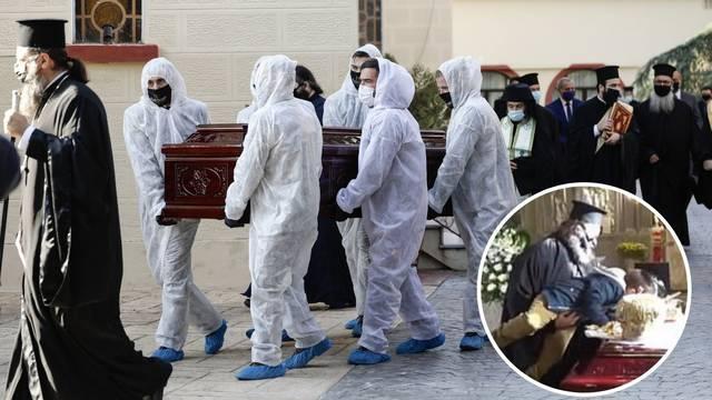 Šok u Grčkoj: Svećenik digao dječaka da ljubi lijes mitropolita koji je preminuo od korone