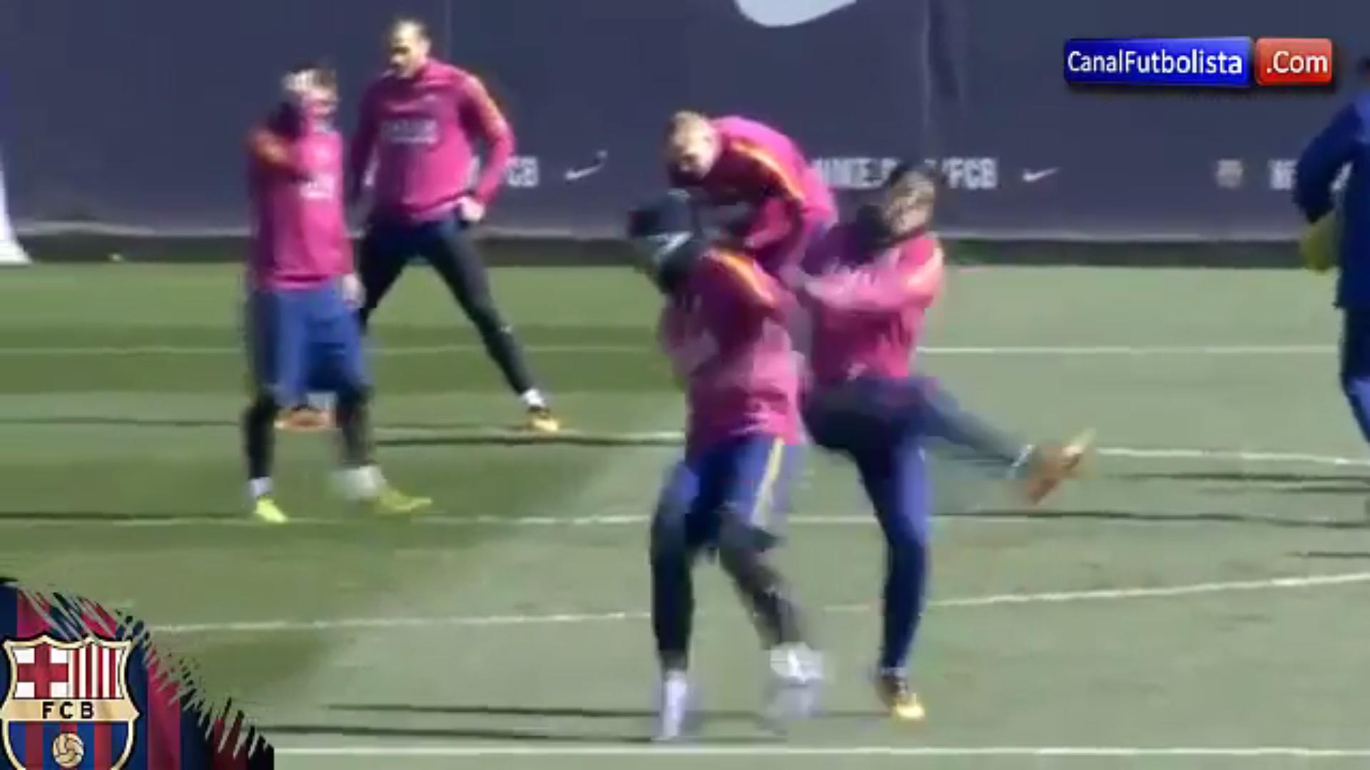 Ne šali se sa Suárezom: Javier Mascherano umalo nastradao