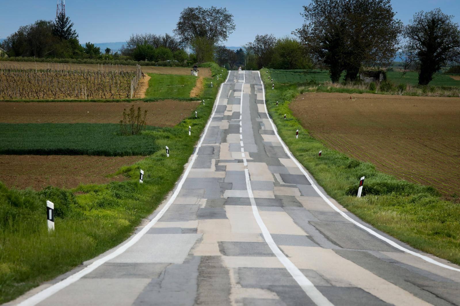 FOTO  Možete li prebrojiti svaku zakrpu na ovoj cesti kod Iloka?