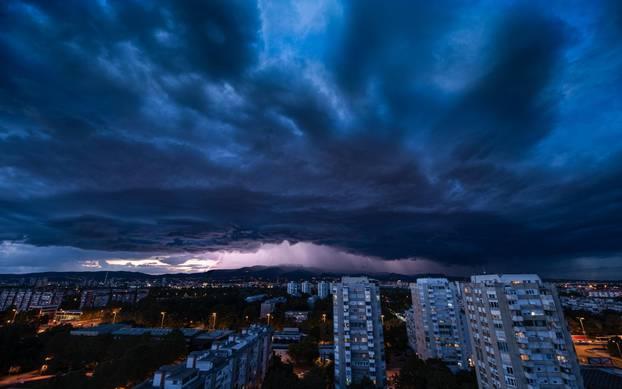 Munje i oblaci iznad Zagreba tijekom nevremena