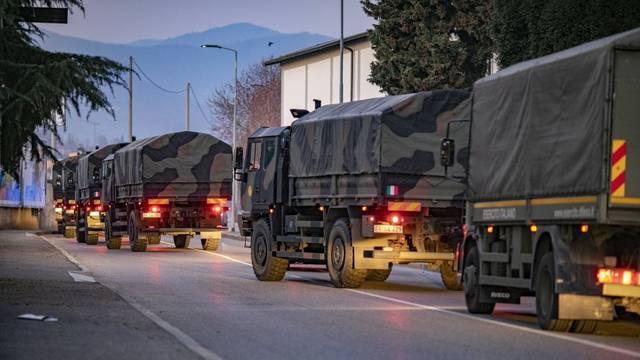 Italija: Groblja u Bergamu bez mjesta, vojska prevozi lijesove