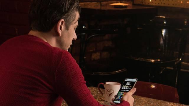 Dino Drpić usred kafića igra na online 'automatima' prije posla