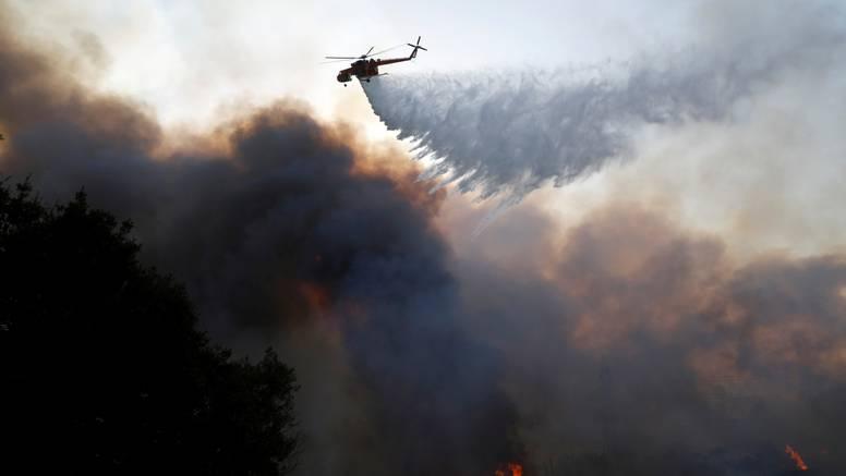 Jak vjetar raspirio požar kod Atene: Stanovnici su bježali iz predgrađa, evakuirali azilante