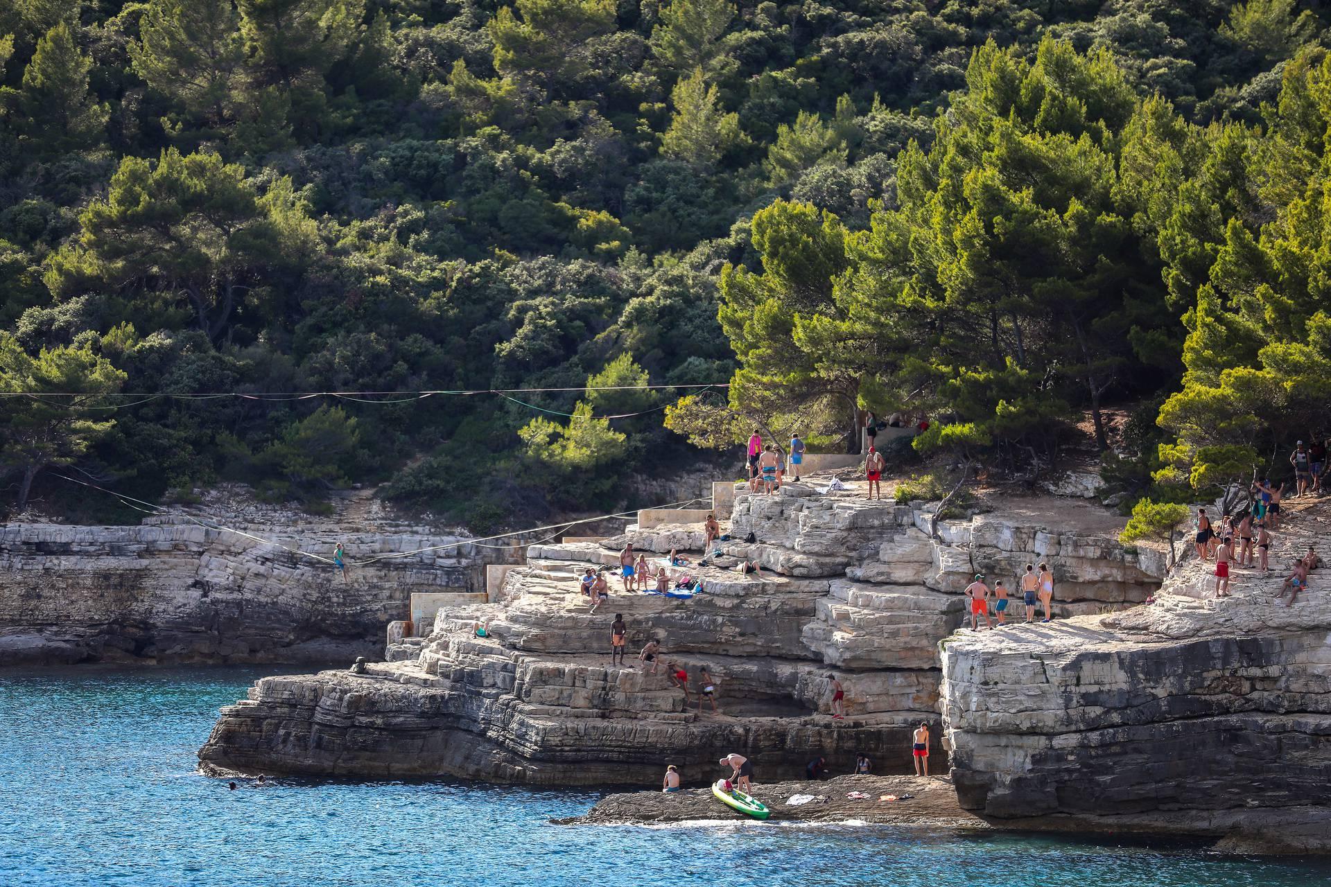 Pula: Na Galebovim stijenama mladići i djevojke skaču u more sa stjena