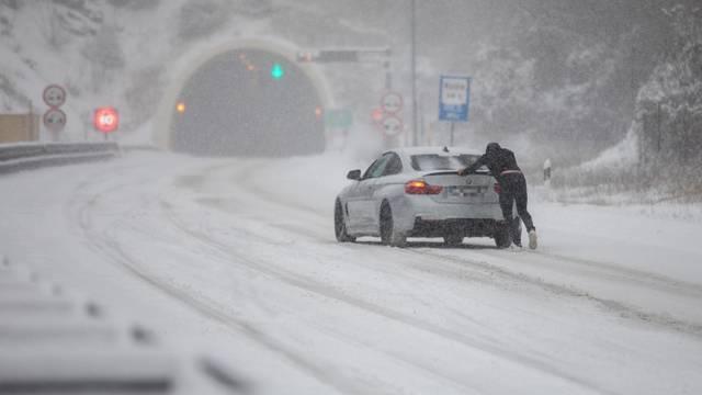 Oprez! Što nikako ne bi trebali raditi u vožnji po snijegu i ledu