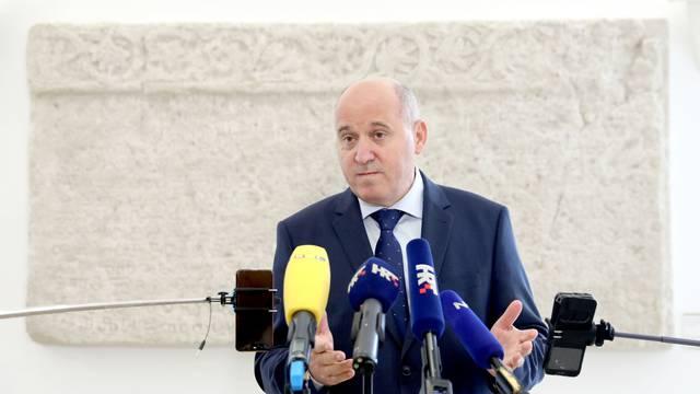 Zagreb: Bačić komentirao proboj koronavirusa u Sabor