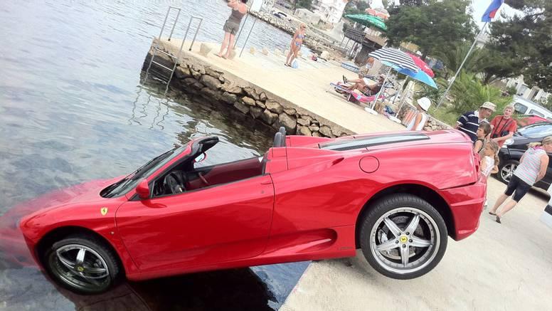 Kombiju otkazale kočnice pa u more odgurao skupi Ferrari