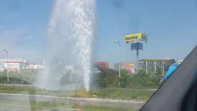 Nova fontana: Iz hidranta je voda šikljala 10 metara u zrak