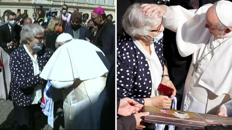 Papa poljubio tetovirani broj preživjele žene iz Auschwitza