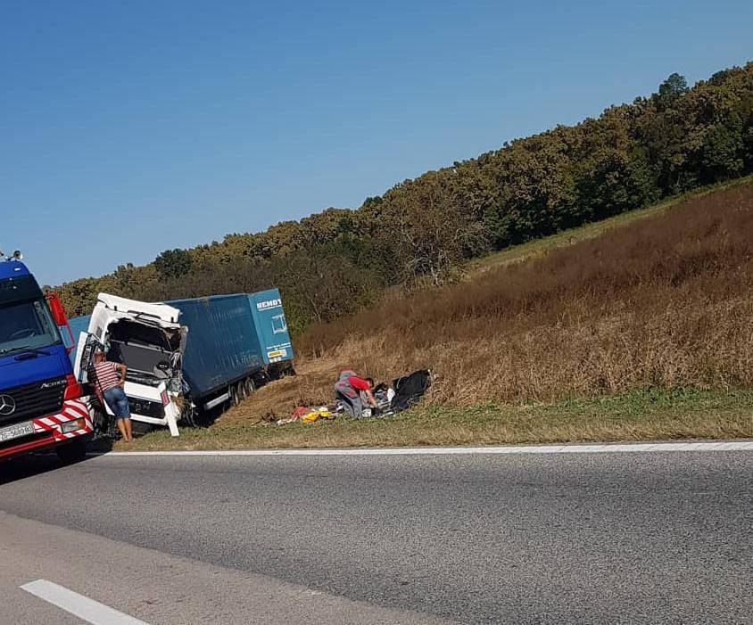 Prešao u suprotni trak, sletio s ceste pa se kamion prevrnuo...
