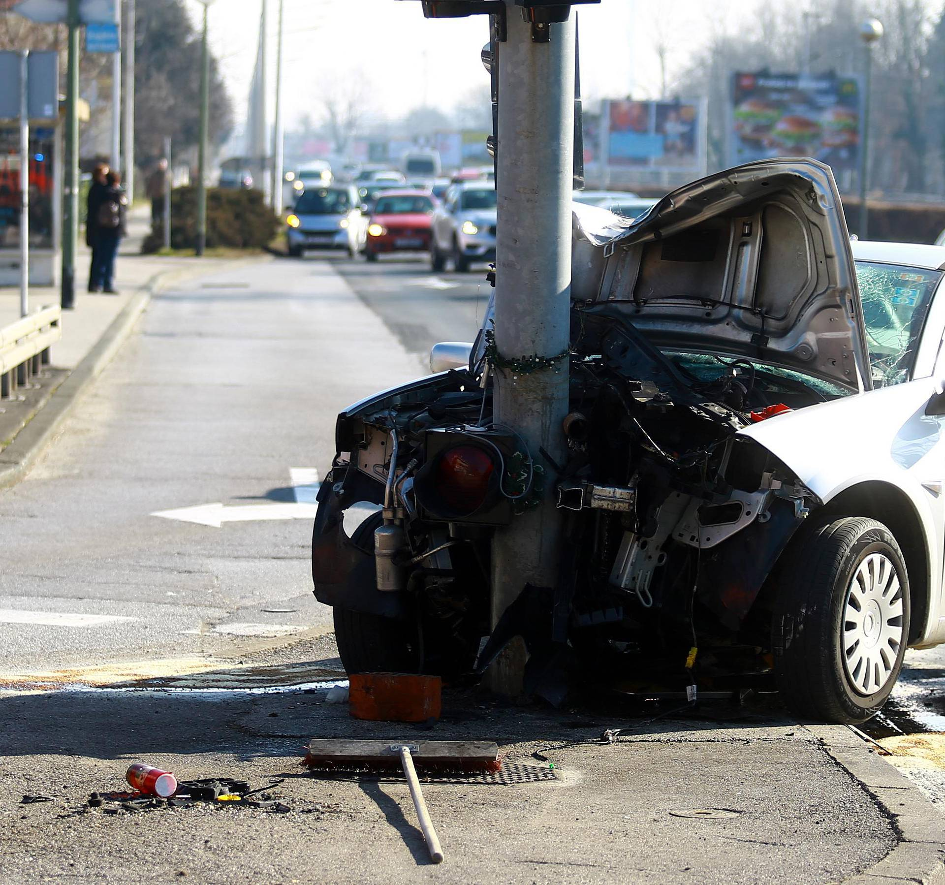 Zagreb: Automobil smrskan nakon što se zabio u stup semafora, nekoliko ozlijeđenih