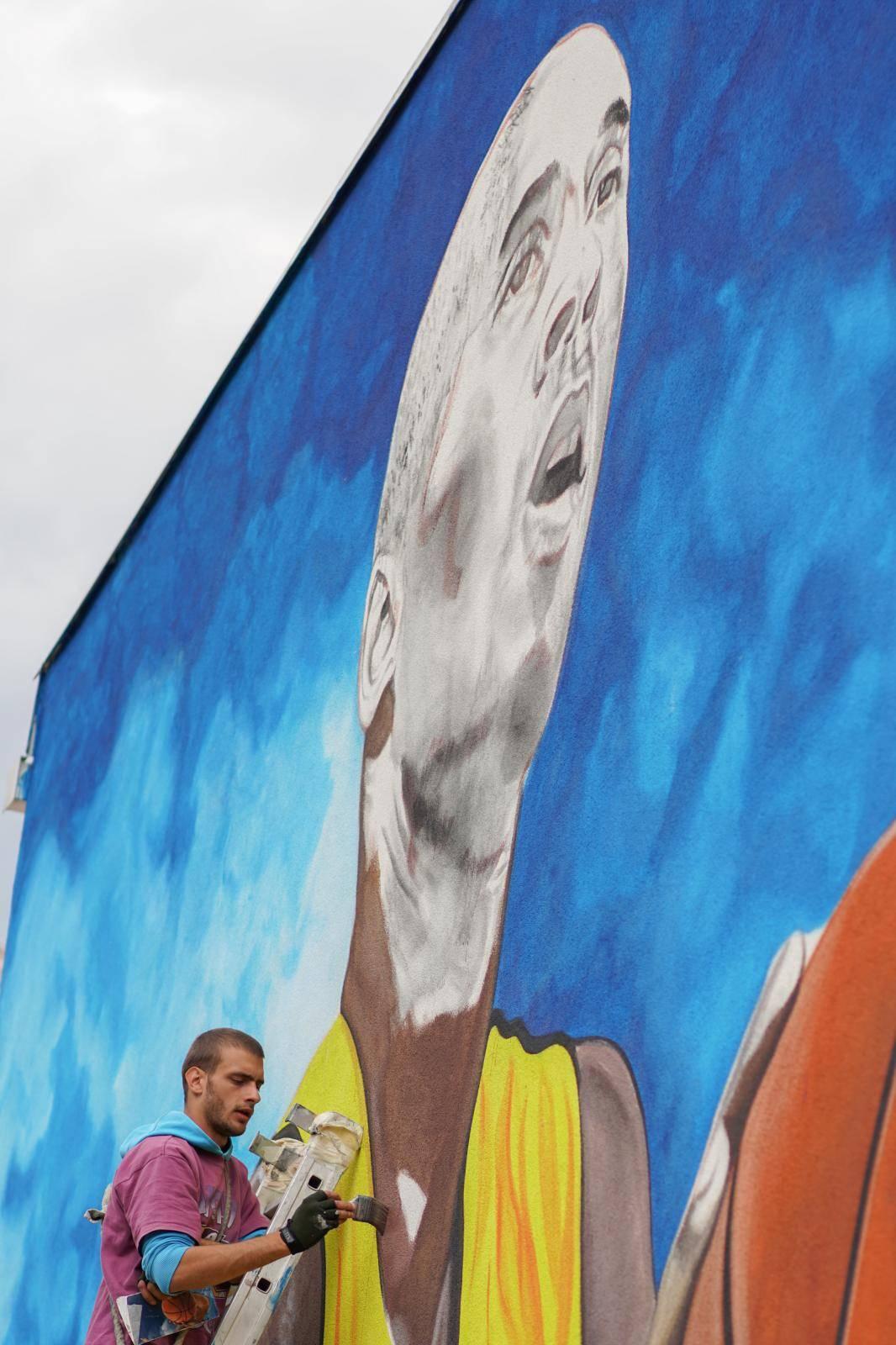 Bosanska Gradiška: Divovski mural Kobea Bryanta uz košarkaško igralište osnovne škole