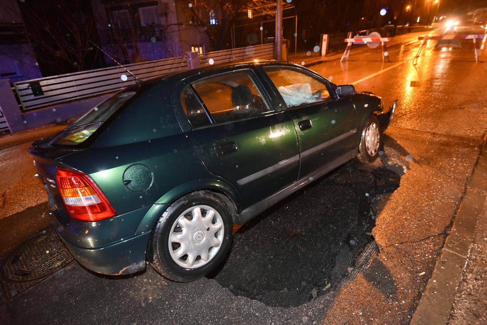 Ispod auta otvorila se cesta - vozača odvela Hitna pomoć