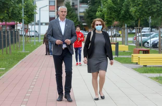 Karlovac: Damir Mandić sa suprugom izašao na izbore