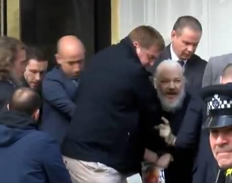 Radio im iza leđa? Assangeu Ekvador oduzeo državljanstvo