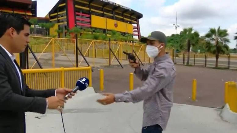 Pljačka uživo?! Opelješio novinare dok su izvještavali u live prijenosu ispred stadiona