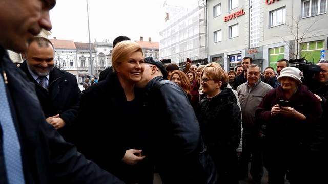 Predsjednici u Karlovcu prišao čovjek i  zatim je poljubio u vrat
