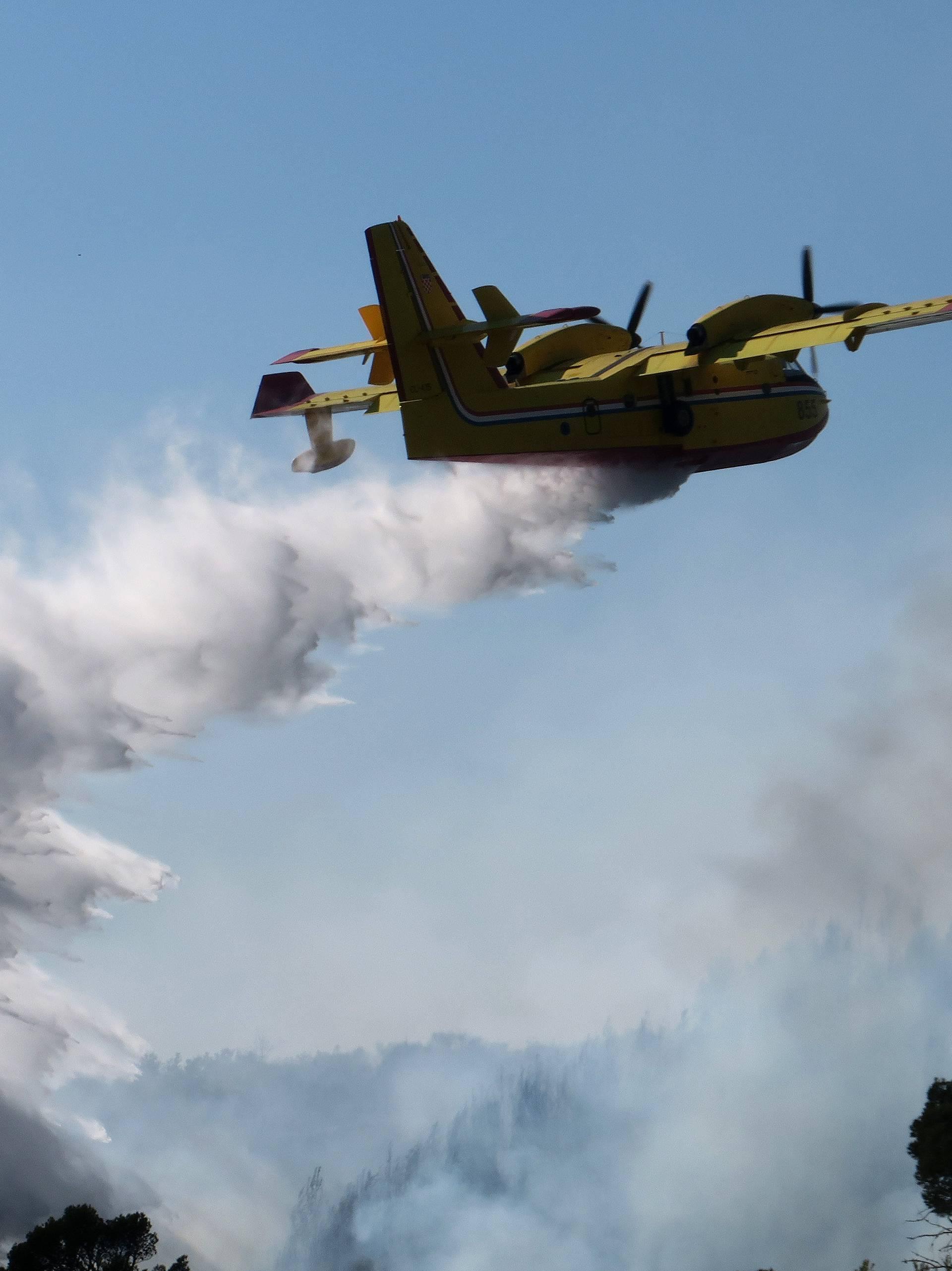 Tri protupožarna aviona gase buktinju kod Vranskog jezera