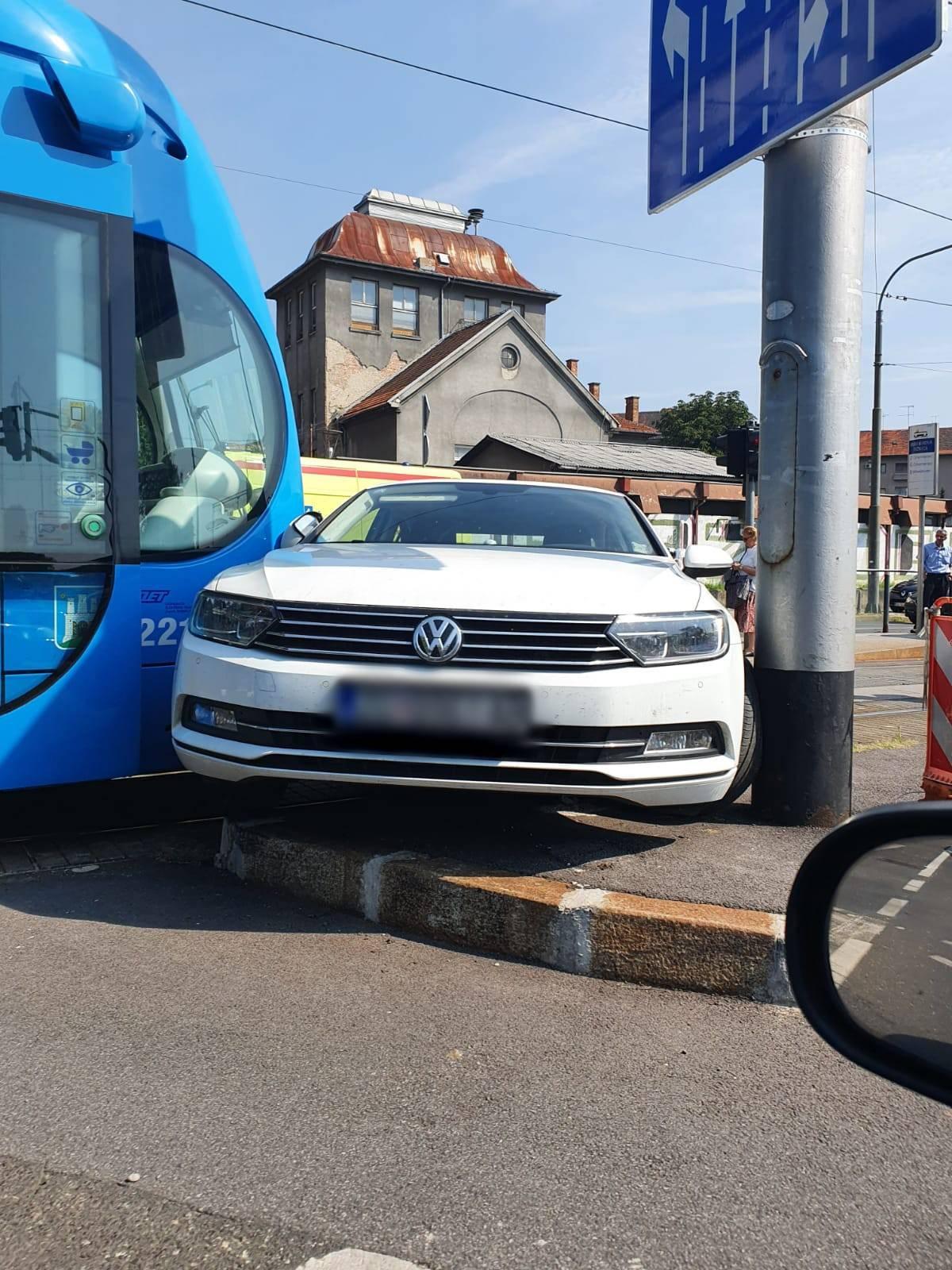 Tramvaj se sudario s dva auta u Zagrebu, dvojica su ozlijeđena