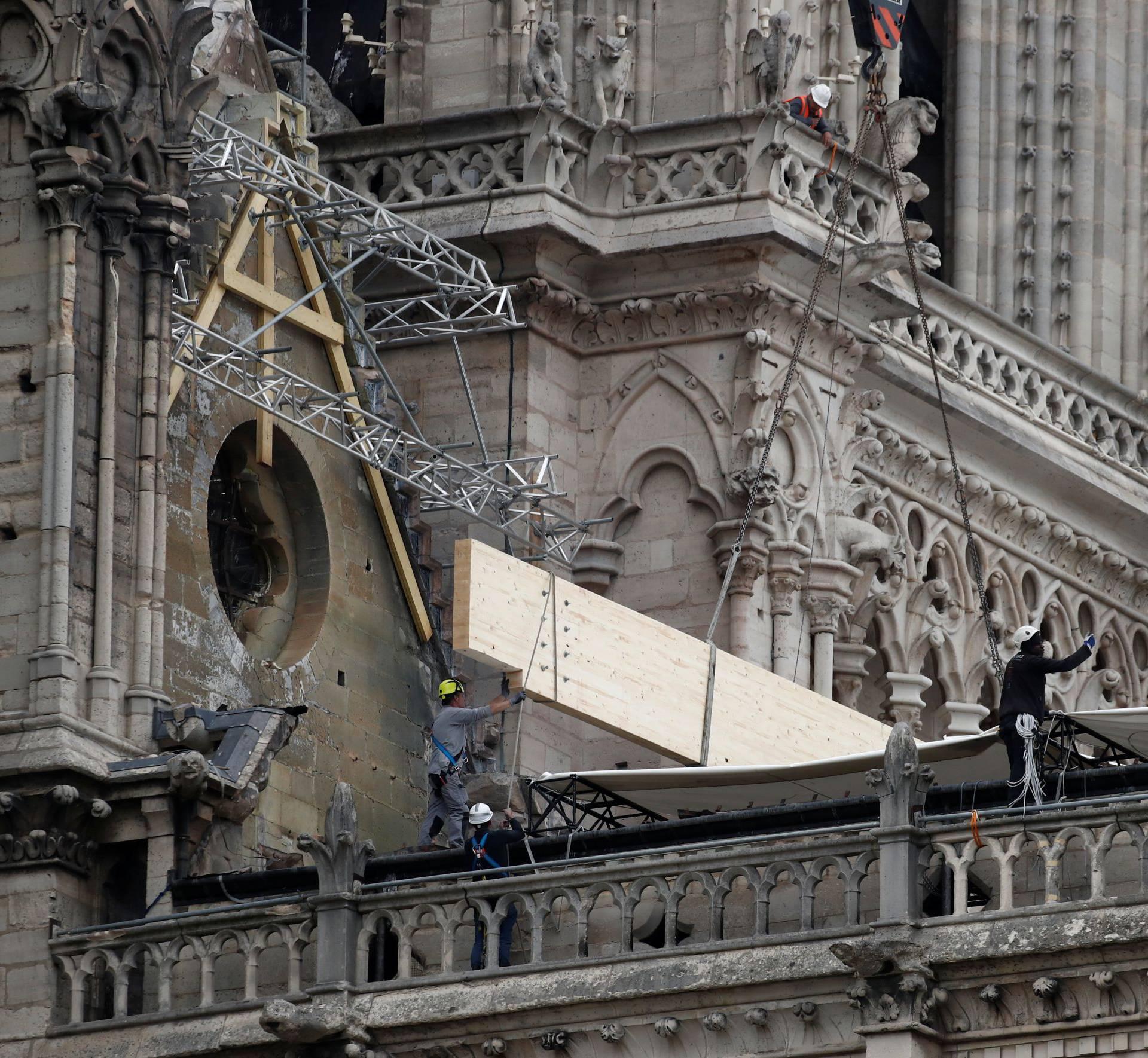 Sad Notre Dameu prijeti kiša: Postavljaju improvizirani krov