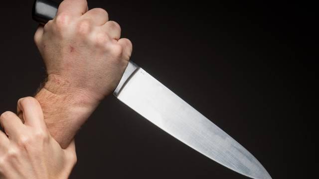 S nožem u ruci mu kucao na vrata, ovaj izašao s čekićem