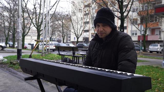 Svira pred domom za starije i uveseljava ih: 'Zovu da dođem češće, uživaju u mojoj glazbi...'