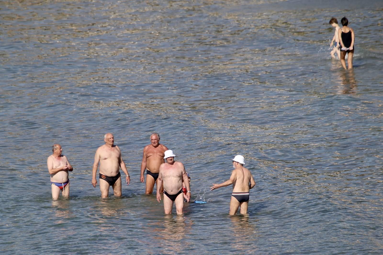Split: Umirovljenici uživaju na praznim Bačvicama