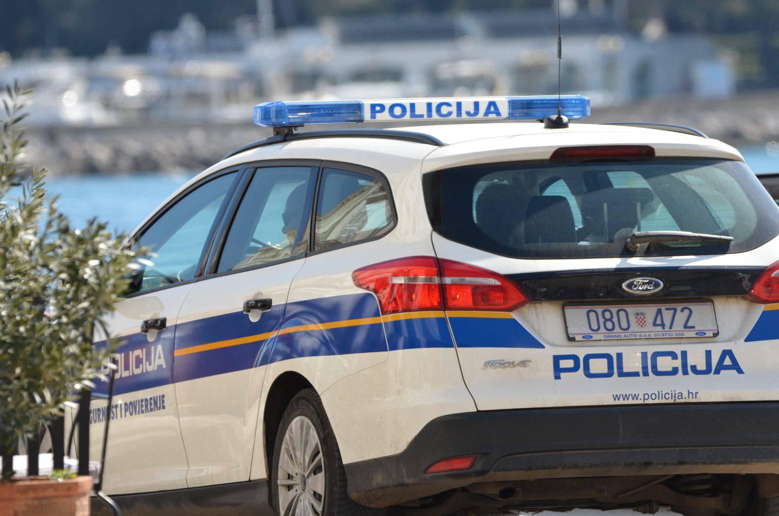 Muškarac (71) urinirao na cesti i pijan vozio, odveli ga u pritvor