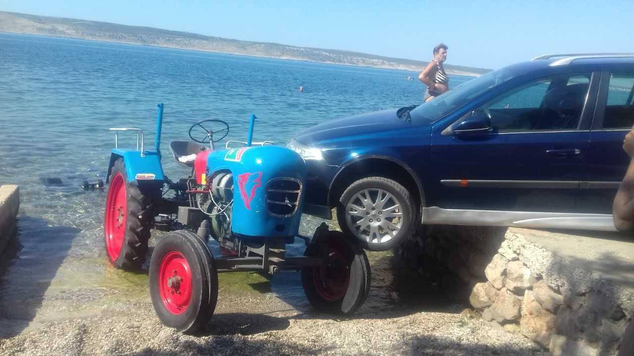 Zaboravio je podignuti ručnu: Udario Renaultom u traktor