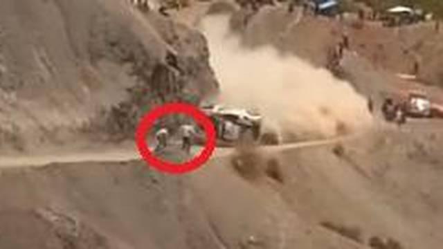 Luda sreća: Sainz se prevrnuo, auto umalo ubio ljude uz stazu