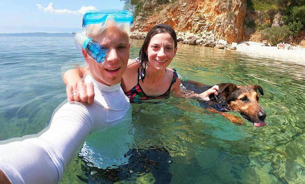 Bračni par iz Rijeke sa psićem putuje kajakom uzduž Jadrana