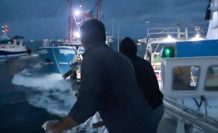Obračun na moru: Ribari bacali kamenje i udarali se brodovima