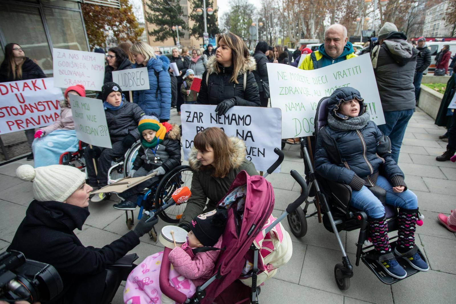 Zagreb: Prosvjed roditelja njegovatelja ispred Ministarstva za demografiju