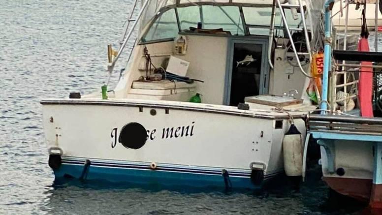 Pogledajte dalmatinski brodić sa stavom: 'Je** se meni'